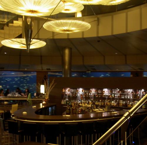 Restaurante en Valencia La barra, al fondo los acuarios, también se ve un poco de la lampara.