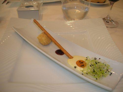 Restaurante La Oronja (Zamora) Aperitivo.Un snack de queso que simulaba un huevo frito en miniatura