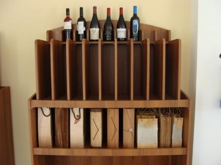 Muebles para exhibicion y venta de vinos for Mueble para botellas