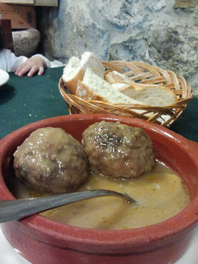 "Restaurante Casa Cofiño (Cantabria) Albondigas ""tamaño pelotas de tenis"""