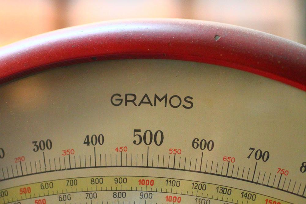 Antiguo peso, con gramos.