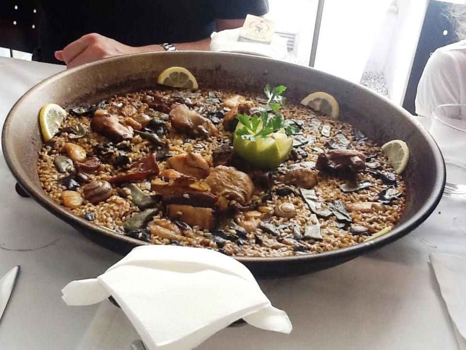 Mornell (Valencia) Paella de pollo, pato y conejo
