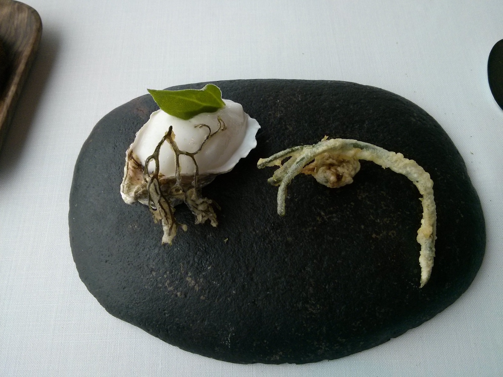 Azurmendi (Vizcaya/Bizkaia) Ostra al pil-pil vegetal y marino acompañado de ortiguillas