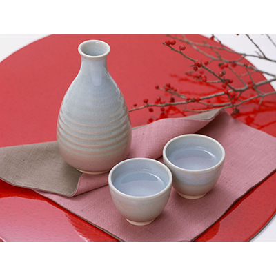 Sake, servido a la manera tradicional japonesa
