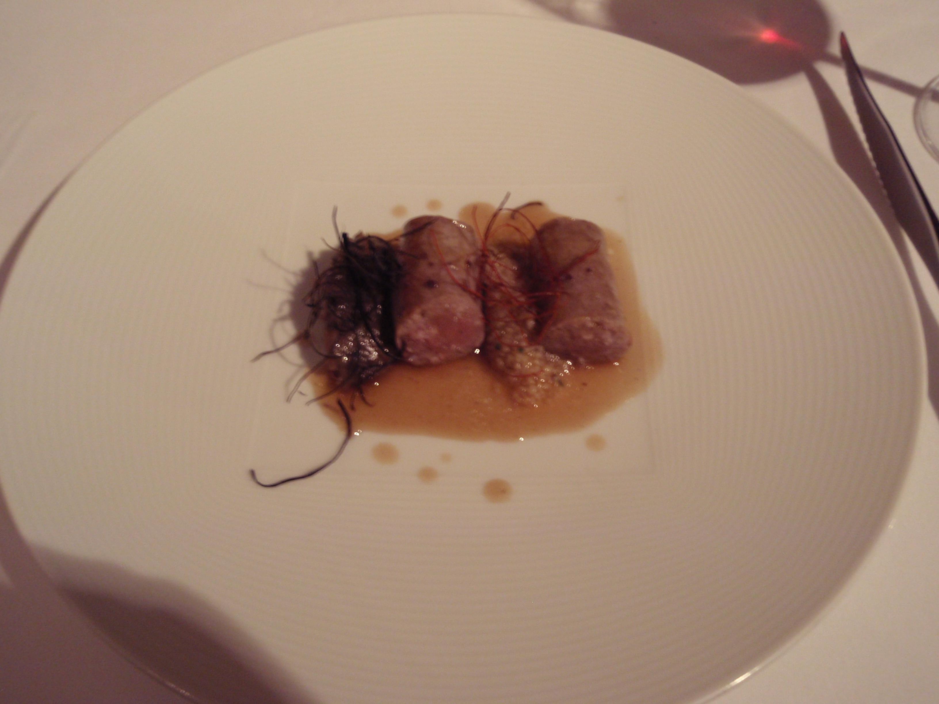 """Restaurante en Valladolid Butifarra"""" de lechazo con hilos de chile y berenjena"""