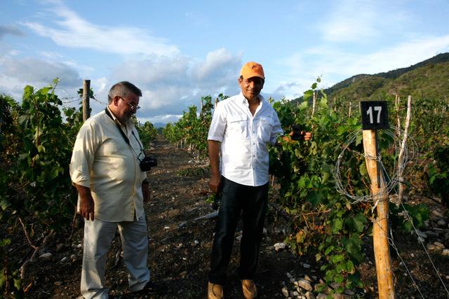 Gabriel Acevedo y Antonio Menendez en el viñedo