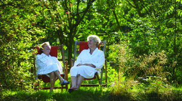 ladies-in-deckchairs-ragdale