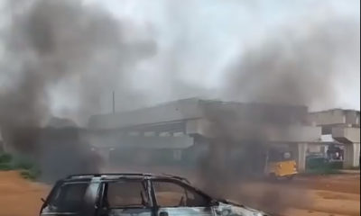 Mob burns police squad car in akute