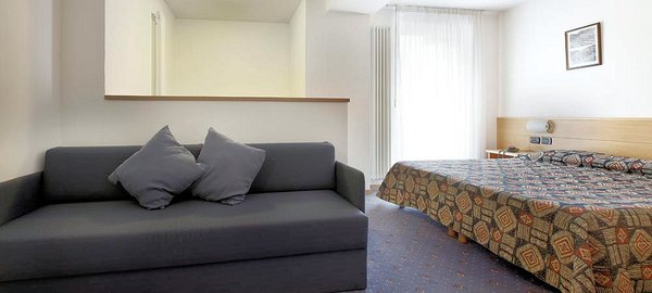 hotel-nele-kamer-en-bank-ziano-wintersport-italie-ski-snowboard-raquette-schneeschuhlaufen-langlaufen-wandelen-interlodge.jpg