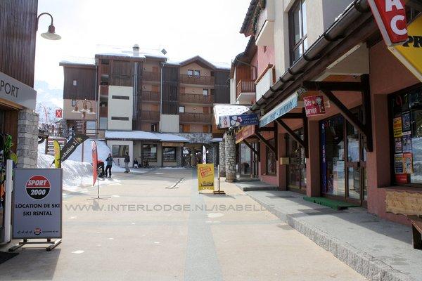 vallandry-straat-centrum-paradiski-wintersport-frankrijk-ski-snowboard-raquettes-schneeschuhlaufen-langlaufen-wandelen-interlodge.jpg