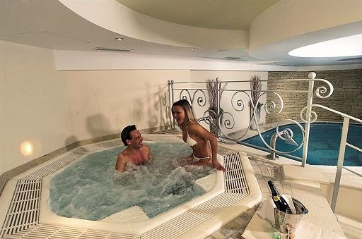 jacuzzi-hotel-monteginer-mezzana-skirama-dolomiti-wintersport-italie-interlodge