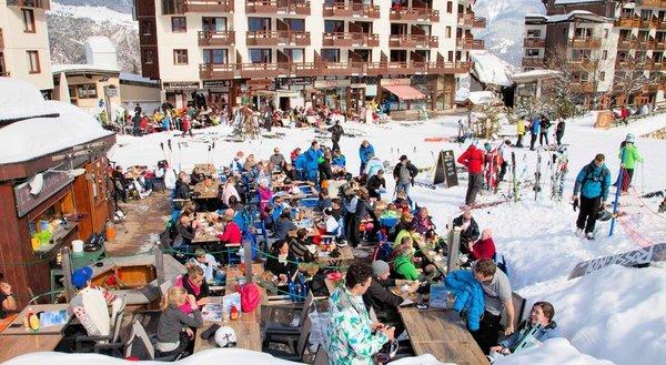 apres-ski-la-tania-les-trois-vallees-wintersport-frankrijk-interlodge