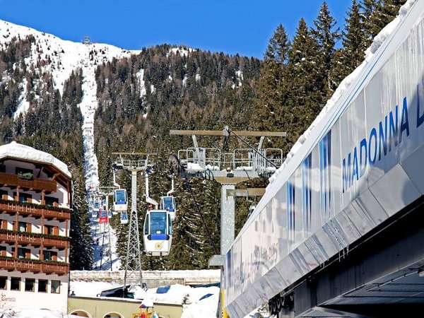 cabine-madonna-di-campiglio-skirama-dolomiti-wintersport-italie-ski-snowboard-raquettes-schneeschuhlaufen-langlaufen-wandelen-interdloge.jpg