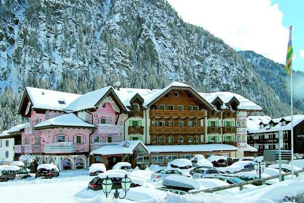 buitenkant-gran-chalet-soreghes-campitello-dolomiti-wintersport-italie-interlodge.jpg