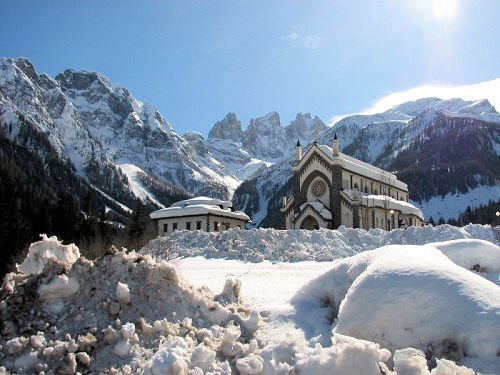 falcade-kerk-dolomiti-superski-italie-wintersport-ski-snowboard-raquettes-schneeschuhlaufen-langlaufen-wandelen-interlodge.jpg