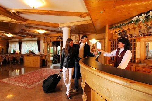 receptie-hotel-tevini-commezzadura-skirama-dolomiti-wintersport-italie-ski-snowboard-raquettes-schneeschuhlaufen-langlaufen-wandelen-interlodge.jpg