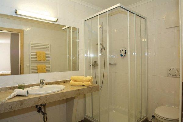 interieur-badkamer-appartementen-sonneck-konigsleiten-zillertal-arena-wintersport-oostenrijk-ski-snowboard-raquttes-schneeschuhlaufen-langlaufen-wandelen-interlodge.jpg