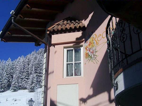 buitenkant-residence-redolon-campitello-sella-ronda-dolomiti-wintersport-italie-ski-snowboard-raquettes-schneeschuhlaufen-langlaufen-wandelen-interlodge.jpg