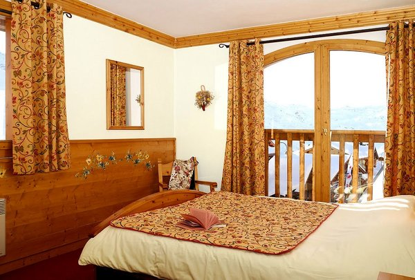 slaapkamer-le-hameau-du-soleil-chalets-montagnettes-val-thorens-les-trois-vallees-wintersport-frankrijk-ski-snowboard-raquettes-langlaufen-wandelen-interlodge.jpg