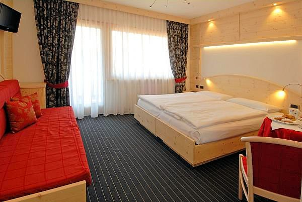 hotel-flora-alpina-kamer-bed-campitello-dolomiti-wintersport-italie-ski-snowboard-raquettes-schneeschuhlaufen-langlaufen-wandelen-interlodge.jpg