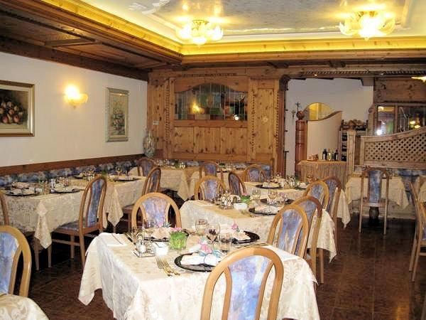 hotel-flora-alpina-eetzaal-campitello-dolomiti-wintersport-italie-ski-snowboard-raquettes-schneeschuhlaufen-langlaufen-wandelen-interlodge.jpg