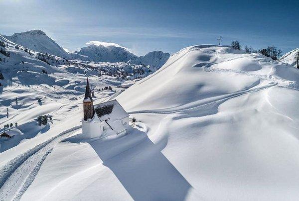 kerk-schrocken-arlberg-wintersport-oostenrijk-interlodge