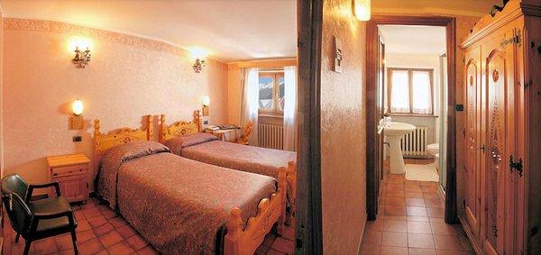 hotel-banchetta-kamer-en-badkamer-sestriere-borgata-via-lattea-wintersport-italie-ski-snowboard-raquetes-schneeschuhlaufen-wandelen-langlaufen-interlodge.jpg