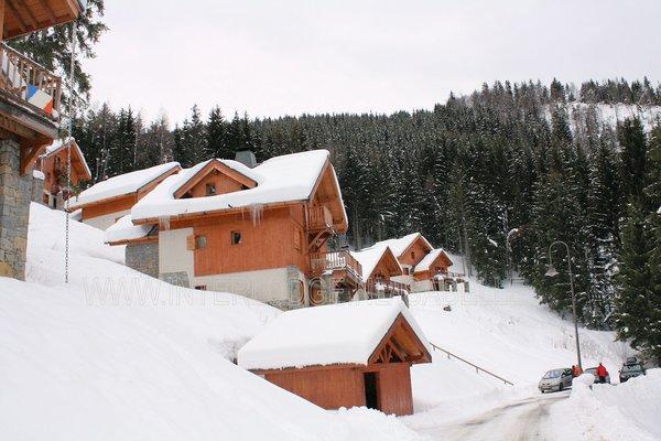 buitenkant-chalets-clos-du-pre-oz-en-oisans-grandes-rousses-frankrijk-wintersport-ski-snowboard-raquettes-schneeschuhlaufen-langlaufen-wandelen-interlodge.jpg
