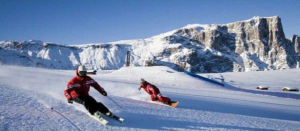 skiers-sella-ronda-dolomiti-superski-italie-wintersport-ski-snowboard-raquette-schneeschuhlaufen-langlaufen-wandelen-interlodge.jpg