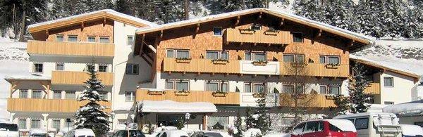 buitenkant-landhotel-pettneuerhof-pettneu-am-arlberg-wintersport-oostenrijk-interlodge.jpg