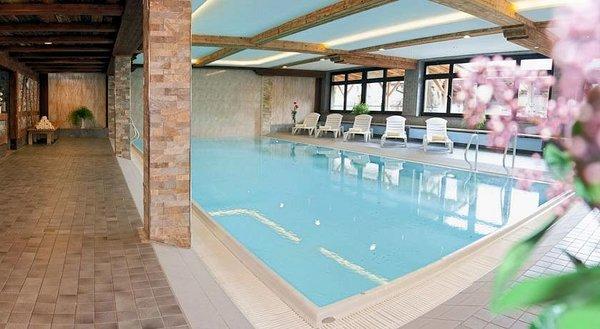 zwembad-hotel-almhof-lackner-ried-im-zillertal-wintersport-interlodge.jpg
