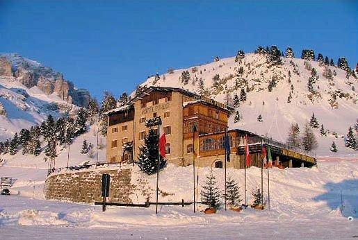 buitenkant-hotel-pordoi-passo-pordoi-canazei-dolomiti-wintersport-italie-ski-snowboard-raquettes-schneeschuhlaufen-langlaufen-wandelen-interlodge.jpg