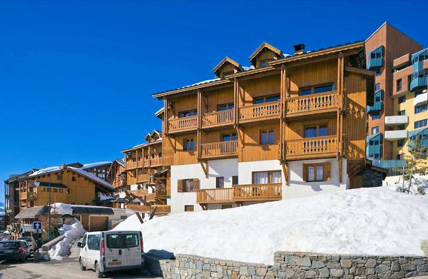 buitenzijde-voorkant-le-hameau-du-soleil-chalets-montagnettes-val-thorens-les-trois-vallees-wintersport-frankrijk-ski-snowboard-raquettes-langlaufen-wandelen-interlodge.jpg
