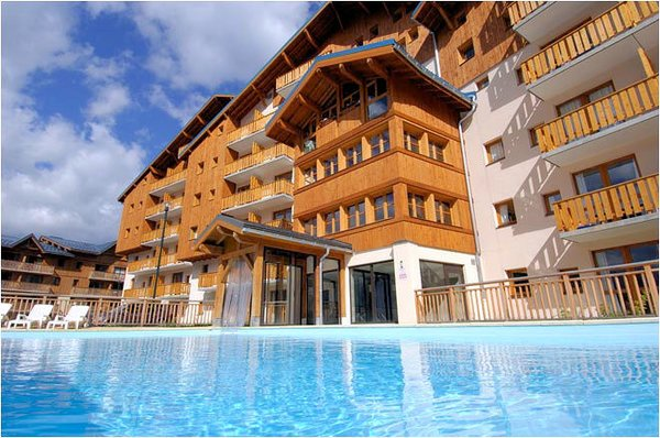 buitenkant-zwembad-residence-la-turra-valfrejus-frankrijk-wintersport-ski-snowboard-raquettes-schneeschuhlaufen-langlaufen-wandelen-interlodge.jpg