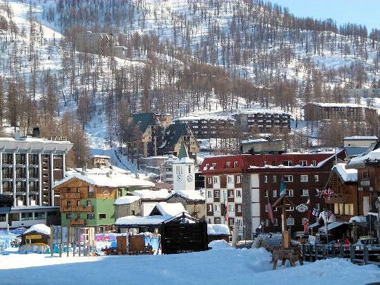 dorp-breuil-cervinia-matterhorn-ski-paradise-italie-wintersport-ski-snowboard-raquettes-schneeschuhlaufen-langlaufen-wandelen-interlodge.jpg