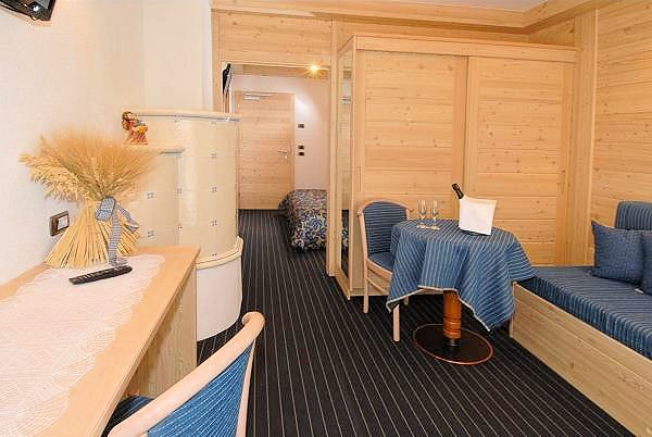 hotel-flora-alpina-kamer-tafel-campitello-dolomiti-wintersport-italie-ski-snowboard-raquettes-schneeschuhlaufen-langlaufen-wandelen-interlodge.jpg