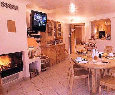residence-chalets-du-bouquetin-woonkamer-wintersport-frankrijk-ski-snowboard-raquettes-schneeschuhlaufen-langlaufen-wandelen-interlodge.jpg