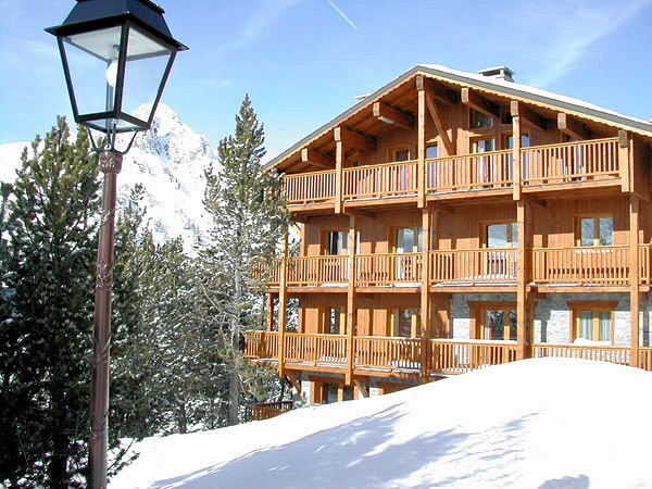 buitenkant-chalet-des-neiges-arolles-arc-2000-paradiski-wintersport-frankrijk-ski-snowboard-raquettes-langlaufen-wandelen-interlodge.jpg