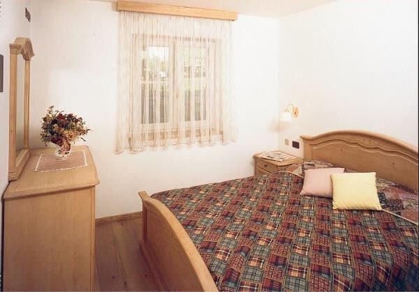 residence-redolon-slaapkamer-en-bed-campitello-sella-ronda-dolomiti-wintersport-italie-ski-snowboard-raquettes-schneeschuhlaufen-langlaufen-wandelen-interlodge.jpg