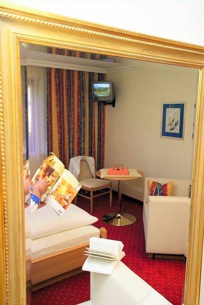 hotel-alpenblick-spiegel-slaapkamer-filzmoos-salzburger-sportwelt-amade-wintersport-oostenrijk-ski-snowboard-raquettes-schneeschuhlaufen-langlaufen-wandelen-interlodge.jpg