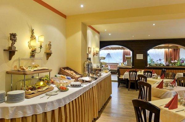 ontbijtbuffet-hotel-alpenhof-st.jpg