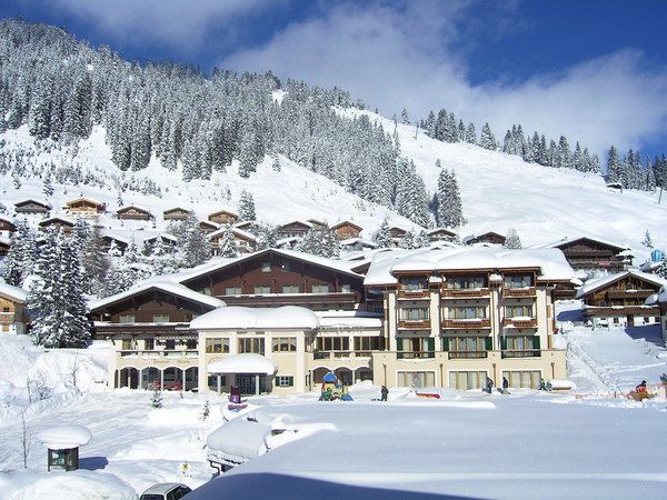 buitenkant-hotel-konigsleiten-konigsleiten-zillertal-arena-wintersport-oostenrijk-ski-snowboard-langlauf-raquettes-schneeschuhlaufen-wandelen-interlodge.jpg