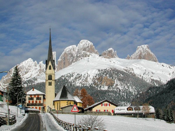 canazei-kerk-dolomiti-superski-italie-wintersport-ski-snowboard-raquettes-schneeschuhlaufen-langlaufen-wandelen-interlodge.jpg