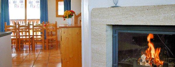 interieur-open-haard-les-lodges-et-chalets-des-alpages-plagne-soleil-paradiski-interlodge.jpg