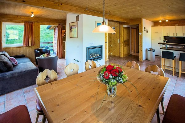 chalets-alpendorf-woonkamer-keuken-dachstein-west-wintersport-oostenrijk-interlodge