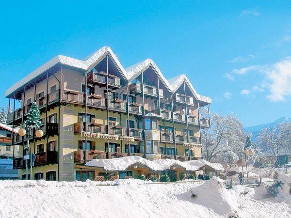 buitenkant-hotel-monte-giner-mezzana-skirama-dolomiti-italie-wintersport-ski-snowboard-raquettes-schneeschuhlaufen-langlaufen-wandelen-interlodge.jpg