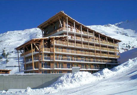 buitenzijde-chalet-des-neiges-la-cime-des-acrs-arc-2000-paradiski-wintersport-frankrijk-ski-snowboard-raquettes-langlauf-wandelen-interlodge.jpg