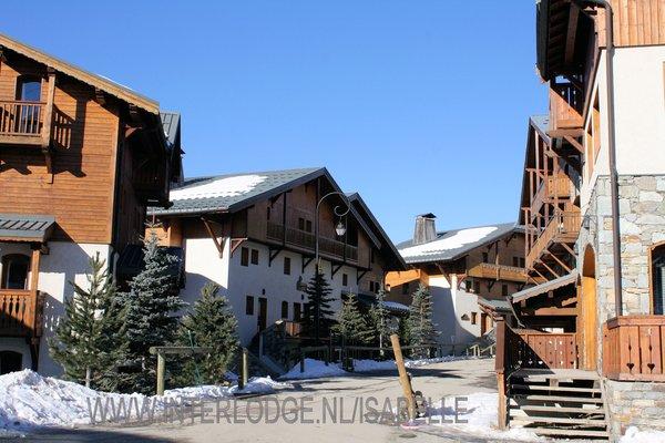 buitenkant-le-hameau-de-la-sapiniere-chalets-montagnettes-les-menuires-les-trois-vallees-wintersport-frankrijk-ski-snowboard-raquettes-schneeschuhlaufen-langlaufen-wandelen-interlodge.jpg