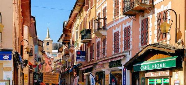 winkelstraat-in-bourg-st-maurice-paradiski-wintersport-frankrijk-ski-snowboard-raquettes-schneeschuhlaufen-langlaufen-wandelen-interlodge.jpg