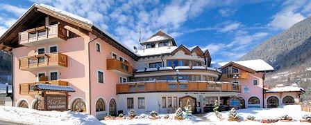 buitenkant-hotel-tevini-commezzadura-skirama-dolomiti-wintersport-italie-ski-snowboard-raquettes-schneeschuhlaufen-langlaufen-wandelen-interlodge.jpg